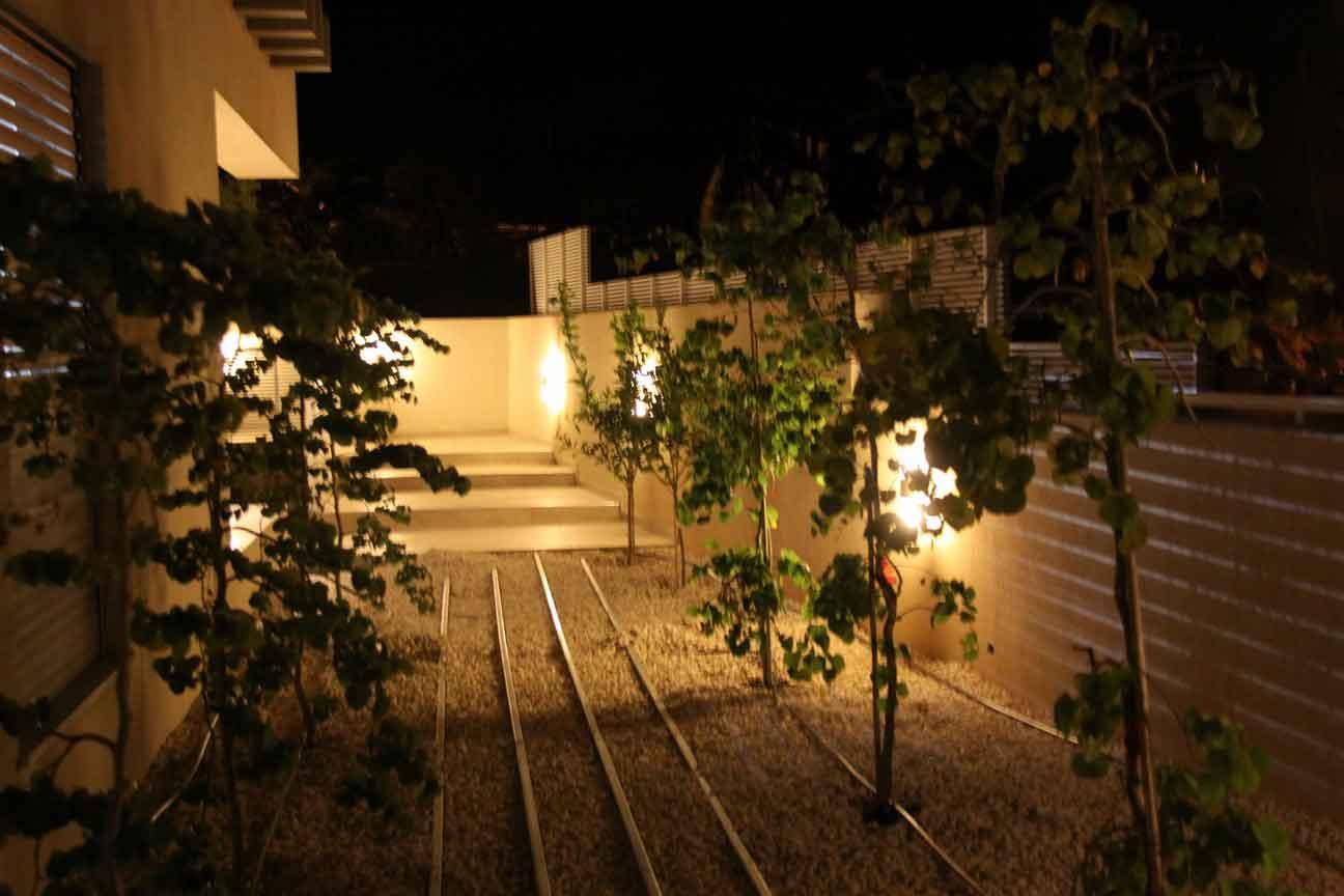 מבט על חצר של בית שנבנה מחומרי בניה מסין