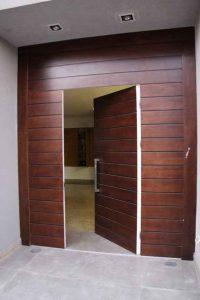 דלת כניסה בבית שנרכשה ביבוא מסין